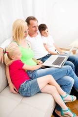 Familie vorm Laptop