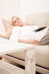 Reife Frau mit Tablet Pc auf dem Sofa