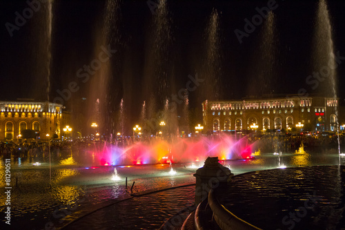 Leinwanddruck Bild Night Yerevan and singing fountain in the central square
