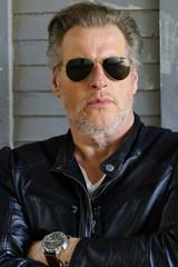 Mann mit Sonnenbrille und Lederjacke