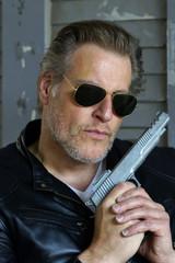 Mann mit Pistole