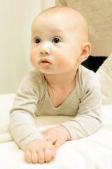 Baby richtet Kopf auf