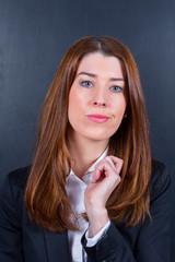 Junge Businessfrau neutral / skeptisch