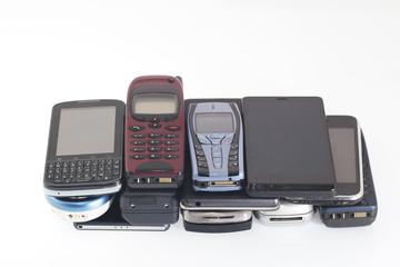 Telefonini di vecchia e di nuova generazione