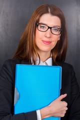 Junge Dame hält Mappe für zB Bewerbung