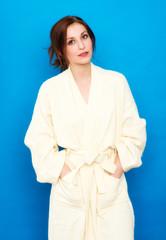 Frau im Bademantel auf blauen Hintergrund