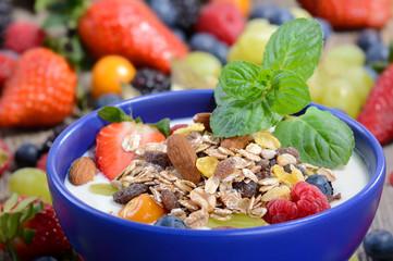 Joghurt mit Müsli und bunten Früchten