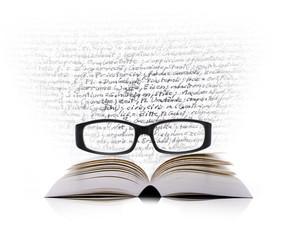 Buch, Brille und Text