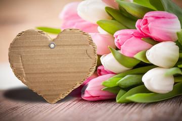Kartonanhänger in Herzform mit Tulpen und Textfreiraum