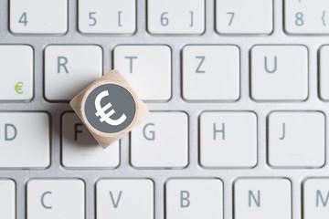 Würfel mit Euro Symbol auf Tastatur