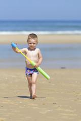 grappig kind op het strand gaat aanvallen