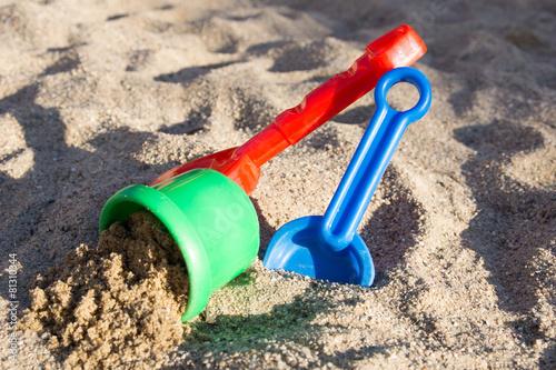 Sandspielzeug in einem Sandkasten