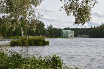 Пейзаж с озером и павильоном.