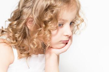 Портрет красивой маленькой грустной девочки.
