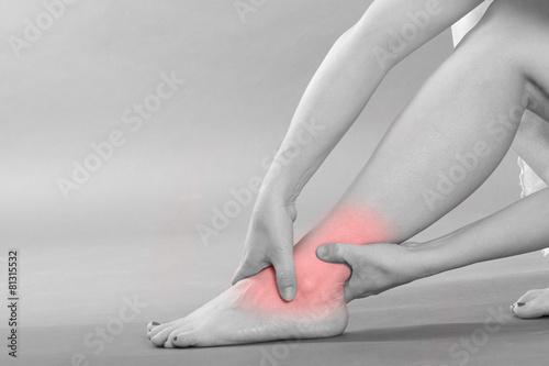 Sprunggelenk Schmerzen - schwarz weiß mit rotem Schmerzpunkt - 81315532