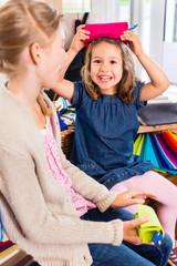 Kinder kaufen Bastelbedarf im Hobby Laden