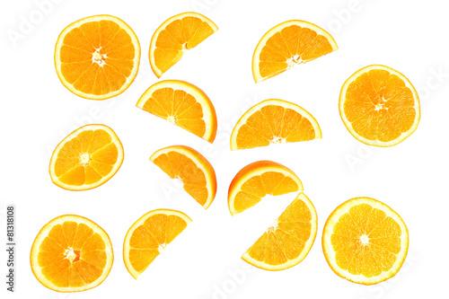 Soczyste plasterki pomarańczy na białym
