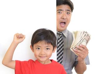 紙幣を持ち喜ぶ親子