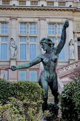 Statue de femme nue dans un jardin, Bruxelles