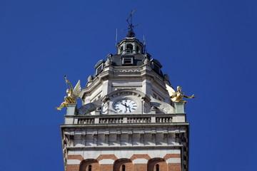 Horloge en haut du clocher, ciel bleu
