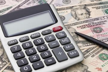 Taschenrechner mit Dollarscheinen