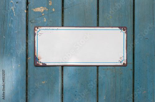 Leinwanddruck Bild Leeres Blechschild vor Holzwand
