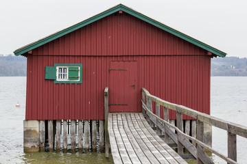 Bootshaus mit Steg am Ammersee