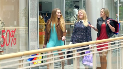Girls go along and shop talk at the same time, shopping