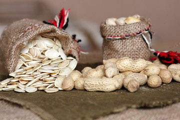 орехи и тыквенные семечки в мишке