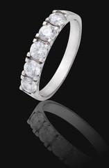 Серебряное кольцо с прозрачными камнями на черном фоне