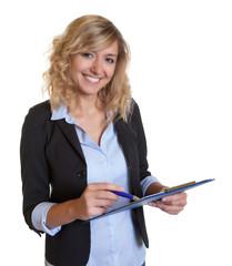 Sekretärin mit blonden Locken und Clipboard