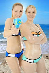 Frauen in Bikini am Strand
