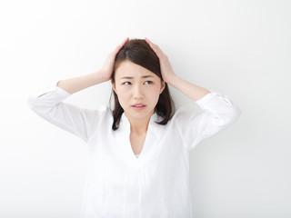 頭を抱える若い女性