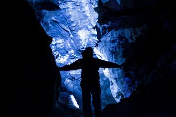 Tiefer in die Höhle