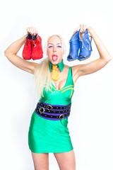 Blonde Frau mit Schuhen in den Händen