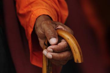 Mano con budista con bastón