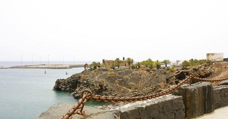 Cadena con castillo de San José al fondo, Arrecife, Lanzarote