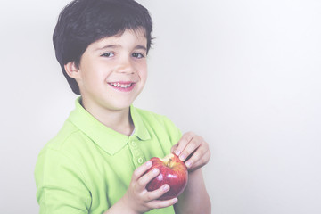 niño con manzana