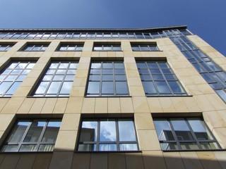 Moderne Fassade mit Glas und Sandstein in Frankfurt am Main