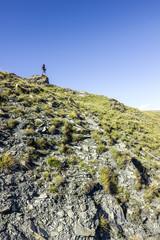 Ragazza sul promontorio di una montagna