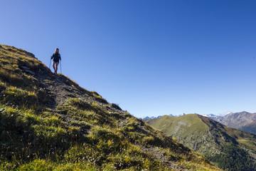 Ragazza cammina in montagna