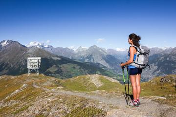Escursionista e ripetitore in montagna