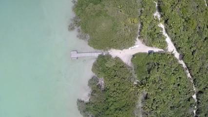 puerto de madera selva y lago