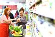 Leinwanddruck Bild - Beratung beim einkaufen im Supermarkt