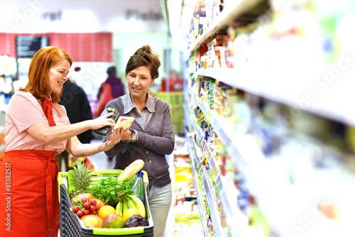 Leinwanddruck Bild Beratung beim einkaufen im Supermarkt