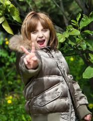 Bambina fa il segno di vittoria