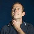 Hombre con dolor de garganta