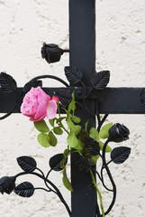 schmiedeeisernes Grabkreuz mit Rose