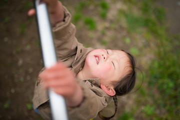 鉄棒にぶら下がる子供