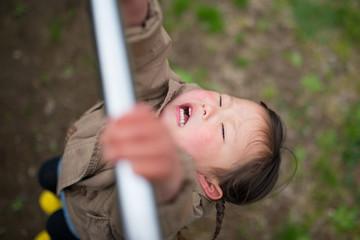 鉄棒にぶら下がる女の子